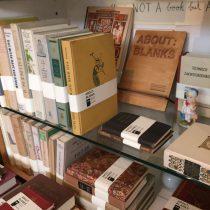 Boekenplank vol met About: Blanks notitieboeken