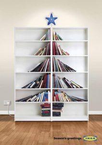 Kerstboom gemaakt van boeken in Ikea boekenkasten