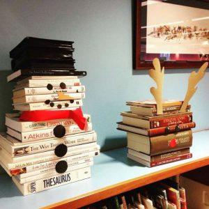 Sneeuwpop gemaakt van boeken