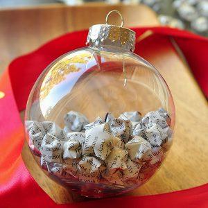 Kerstbal gevuld met papierpropjes